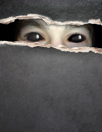 Donkere serie - een blik van duisternis. Monster oog in gat in de krant