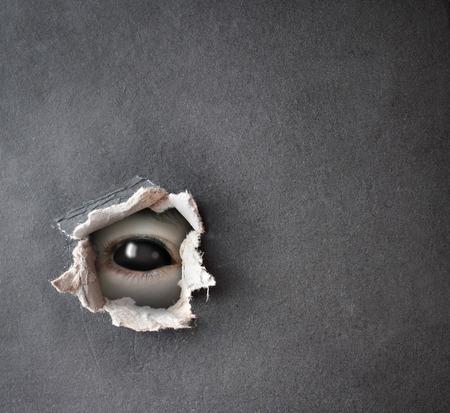 어둠 시리즈 - 어둠에서 봐. 종이에 구멍 괴물 눈 스톡 콘텐츠