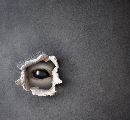 loup garou: Série noire - un regard de l'obscurité. Monstre oeil dans le trou dans le papier Banque d'images