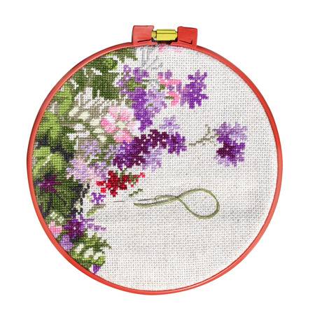 punto de cruz: Hecho a mano en punto de cruz con estampado de flores en la lona. Aislado en el fondo blanco
