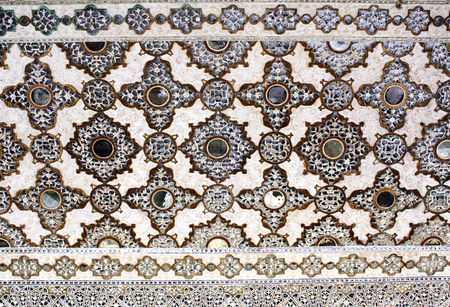 mosaic floor: Ancient carved flower on marble and mirrors in Hall of thousands mirrors, Amber Fort near Jaipur, Rajasthan, India. Unesco World Heritage Site Stock Photo
