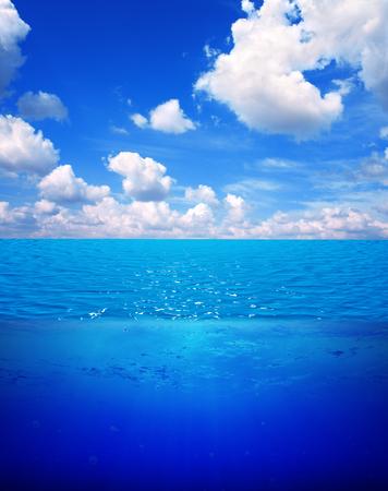 linea de flotaci�n: Underwater scene and blue sky with white clouds. Water surface split by waterline
