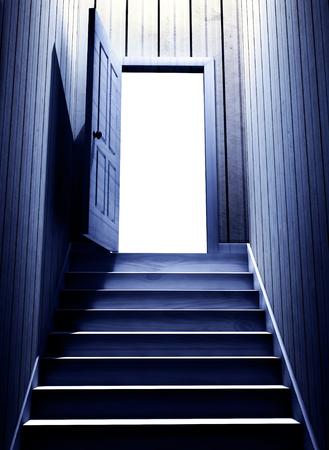 어두운 지하실에서 문을 여는 단계. 3 차원 렌더링 스톡 콘텐츠