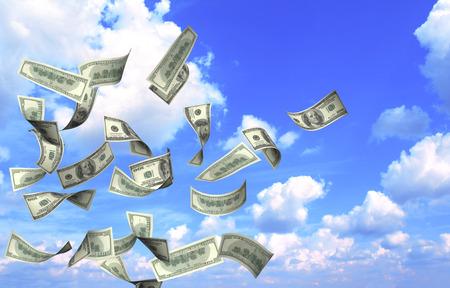 dollaro: Volare banconote di dollari su sfondo blu cielo