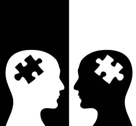 concepto contraste. Dos perfiles humanos de los colores blanco y negro con un cerebro en forma de puzzle. Aislado en el fondo blanco y negro Foto de archivo