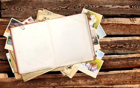 voyage vintage: Vieux livre et photos sur des planches de bois Banque d'images