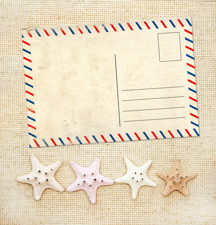 postcard: Fondo con cuatro estrellas de mar y postal antigua en la textura de la lona