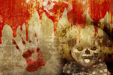 Fondo del grunge de Halloween con la vieja textura de la pared de estuco, la sangre y el payaso tenebroso