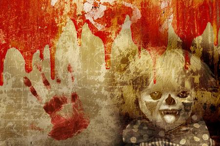 Grunge Halloween fond avec texture vieux mur en stuc, le sang et le clown effrayant