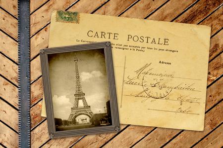 Vintage photo et une carte postale sur des planches en bois
