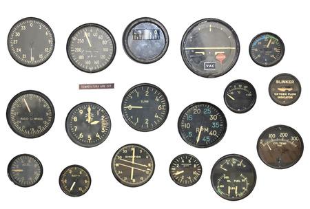 Retro indicatoren op het bedieningspaneel in een cockpit van het oorlogsvliegtuig. Voorwerpen op witte achtergrond worden geïsoleerd die