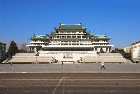 북한, 평양 - 2017 년 9 월 20 일 : 위대한 인민 스터디 하우스, 북한의 수도 인 김일성 광장, 조선 민주주의 인민 공화국 두 인물 초상화 에디토리얼