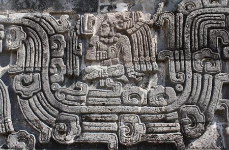 Bassorilievo con scultura di un capo indiano americano, civiltà Maya precolombiana, Tempio del serpente piumato a Xochicalco, in Messico. Sito del patrimonio mondiale dell'UNESCO Archivio Fotografico - 92354148