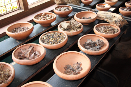 Close up of ingredients of ayurvedic treatment - spices, roots, aromatic herbs, Sri Lanka 免版税图像
