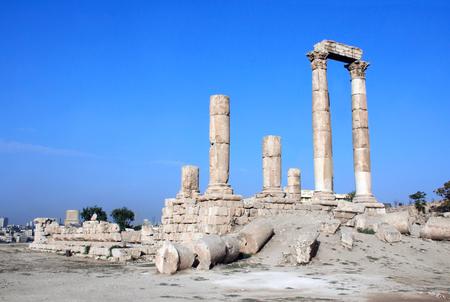 Ancient columns in Temple of Hercules in Amman Citadel complex (Jabal al Qala'a), Amman, Jordan, Middle East 스톡 콘텐츠
