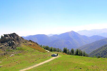 Toeristen in de buurt van auto in het bergensysteem Elburs in het noorden van Iran, voor de zuidkust van de Kaspische Zee
