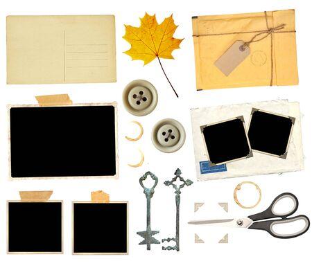 Zestaw elementów do scrapbookingu. Obiekt na białym tle. Vintage nożyczki, retro karta papierowa, suchy żółty liść klonu, klucze, taśma sellotape, plama herbaty, kawy, stare zdjęcie, pocztówka, przycisk, narożniki fotograficzne