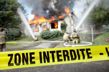 Französisch-Zone Interdite Band mit Feuerwehr und ein brennendes Haus im Hintergrund Standard-Bild - 22054385