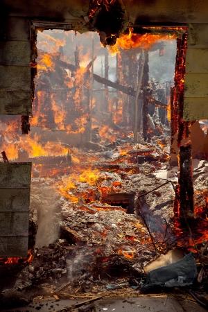 incendio casa: Marco de la puerta de una casa destruye completamente por el fuego