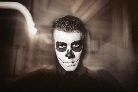 Dia los traje de Muerto - Día de los muertos es una fiesta mexicana. Aquí está un hombre con la cara del cráneo y el fondo borroso