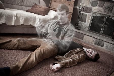 リビング ルームの床に横たわっている死体を残して幸せな魂 写真素材