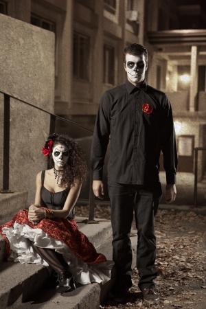 Dia los traje de Muerto - Día de los muertos es un día de fiesta mexicano He aquí una hermosa pareja muerta Foto de archivo - 22226645