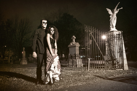 Dia de los Muerto Costume - Day of the dead is a mexican holiday  Here is a beautiful dead couple in a cemetery   免版税图像