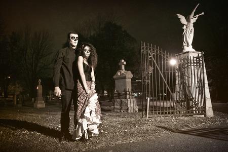 traje mexicano: Dia los traje de Muerto - Día de los muertos es un día de fiesta mexicano He aquí una hermosa pareja muerta en un cementerio Foto de archivo