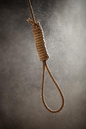 ahorcado: Noose verdugo con trece bucles sobre un fondo polvoriento listos para ser usados