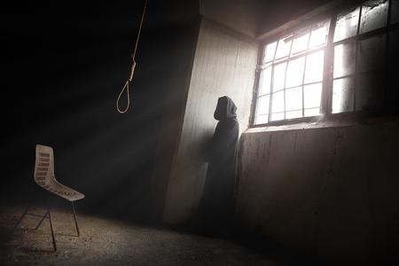 ahorcado: El segador espera un hombre desesperado en un lugar abandonado con una soga del verdugo Foto de archivo