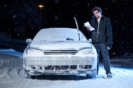 Man upset after getting a night parking ticket during the winter Standard-Bild
