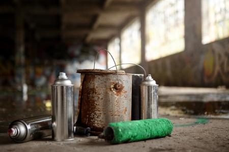 botes de basura: Aerosoles y Pintura Graffiti Kit sobrantes en el suelo (Graffiti tema de un espacio para el texto).