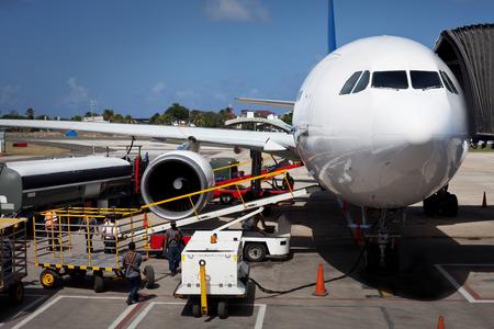 Avion déchargement des bagages à l'aéroport de San Andres en Colombie Éditoriale