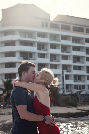 Happy Couple Kissing In Vacation in San Andres, Colombia Standard-Bild