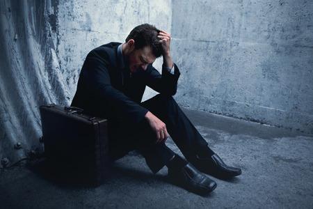 avergonzado: Empresario Desparate tendido en el suelo y con la cabeza en un túnel oscuro. Con espacio para el texto