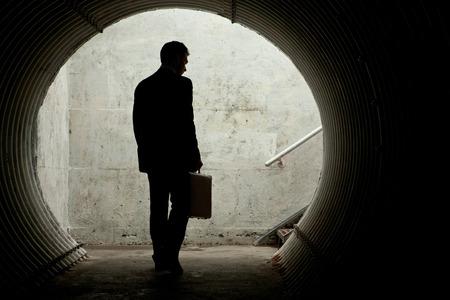 어두운 터널에서 산책 실루엣 사업가. 텍스트를위한 공간 스톡 콘텐츠