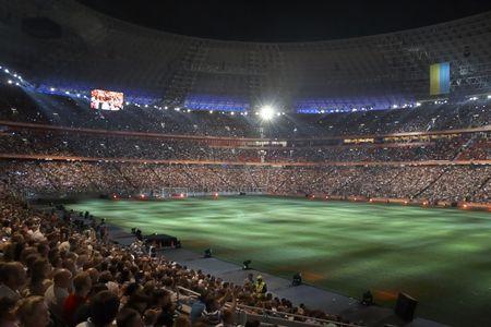arquero: DONETSK, Ucrania - 29 de agosto: Vista de noche de la inauguraci�n del nuevo estadio de f�tbol del Shakhtar Donetsk, 29 de agosto de 2009 en Donetsk, Ucrania