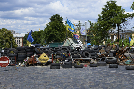 dignit�: KIEV, UKRAINE - Juin 13, 2014: Kiev Maidan apr�s la r�volution de la dignit�. Rue Institutskaya la place des H�ros de la mort du ciel Cent 18-20 F�vrier 2014. Editeur