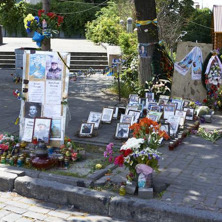 dignidad: KIEV, Ucrania - 13 de junio 2014: Kiev Maidan despu�s de la revoluci�n de la dignidad. Institutskaya calle el lugar de los H�roes de la muerte del Cielo Hundred 18 al 20 febrero 2014. Monumento de los H�roes del cielo Hundred Editorial
