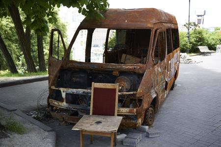 """dignidad: KIEV, Ucrania - 13 de junio 2014: Kiev Maidan despu�s de la revoluci�n de la dignidad. Quemado de autob�s cerca de """"Palacio de Octubre""""."""