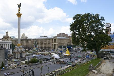 dignidad: KIEV, Ucrania - 13 de junio 2014: Kiev Maidan despu�s de la revoluci�n de la dignidad. Editorial