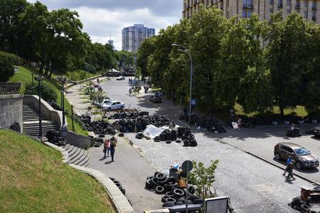 dignidad: KIEV, Ucrania - 13 de junio 2014: Kiev Maidan despu�s de la revoluci�n de la dignidad. Calle Institutskaya el lugar de los H�roes de la muerte del Cielo Hundred 18 al 20 febrero 2014. Editorial