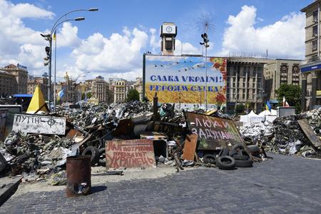 dignidad: KIEV, Ucrania - 13 de junio 2014 Kiev Maidan despu�s de la revoluci�n de la dignidad calle Institutskaya el lugar de los H�roes de la muerte del Cielo Hundred 18-20 febrero 2014 Editorial