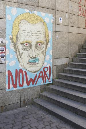 dignidad: KIEV, Ucrania - 13 de junio 2014 Kiev Maidan despu�s de la revoluci�n de la dignidad de la caricatura del presidente ruso Putin