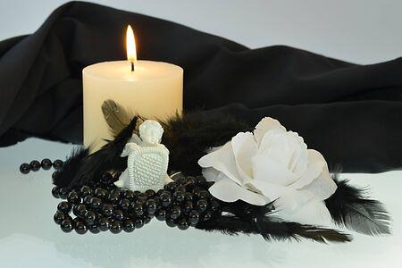 sadly: Purtroppo ancora la vita con una candela e un angelo Archivio Fotografico