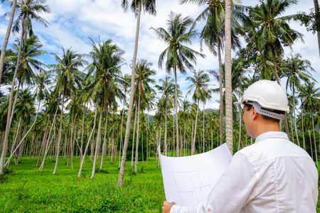 Architector は、建設現場の土地を検査します。不動産投資
