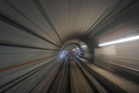 シンガポールの地下鉄のトンネルを通って電車に乗る 写真素材