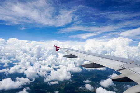飛行機の翼 woolpack クラウド間で飛行機の窓からの眺め