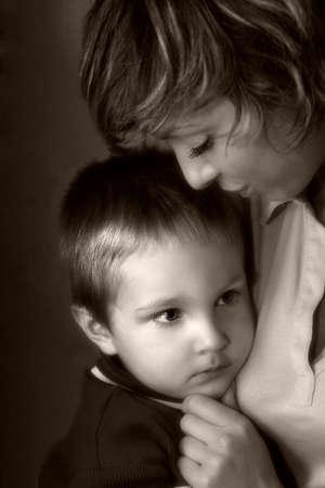Das sch�ne M�dchen mit dem kleinen Jungen. s  w + Sepia  Lizenzfreie Bilder