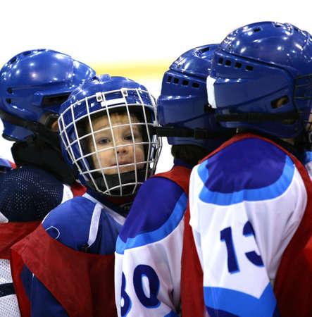 hockey sobre hielo: Retrato del jugador joven del hockey en la forma azul marino Foto de archivo